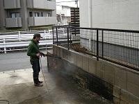 コンクリ塀を高圧洗浄します。